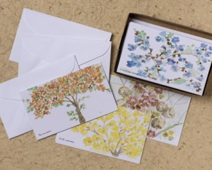 "[:pb]caixa árvores 10 cartões diversos duplos com envelopes 11,5 x 6,7cm[:en]trees box: 10 assorted folded cards and envelopes 4.52"" x 2.63""[:]"
