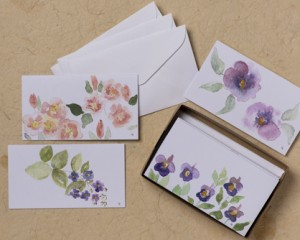 "[:pb]caixa flores 10 cartões diversos duplos com envelopes 11,5 x 6,7cm[:en]flowers box: 10 assorted folded cards and envelopes 4.52"" x 2.63""[:]"