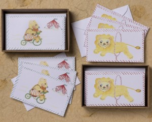 "[:pb]caixa urso/leão infantil 10 cartões iguais duplos com envelopes 11,5 x 6,7cm[:en]bear/lion box: 10 Kids equal folded cards and envelopes 4.52"" x 2.63""[:]"