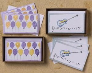 "[:pb]caixa balões/guitarra infantil 10 cartões iguais duplos com envelopes 11,5 x 6,7cm[:en]balloon/guitar: 10 kids equal folded cards and envelopes 4.52"" x 2.63""[:]"