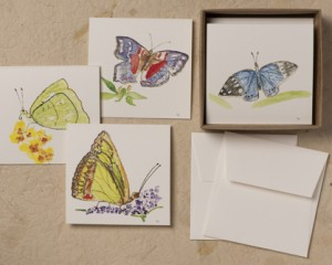 "[:pb]caixa borboletas 8 cartões diversos duplos com envelopes 8,5 x 8,5cm[:en]butterflies box: 8 assorted folded cards and envelopes 3.35"" x 3.35""[:]"